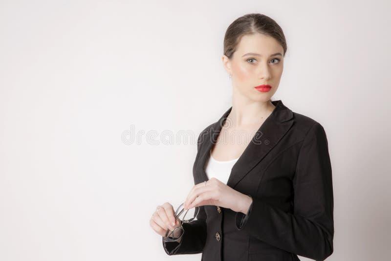 Stående av affärskvinnan med exponeringsglas på en vit bakgrund arkivbilder