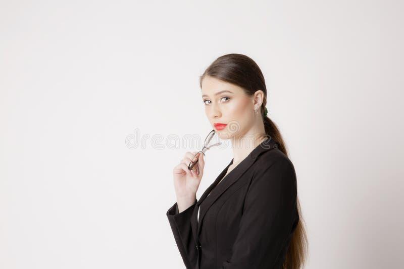 Stående av affärskvinnan med exponeringsglas på en vit bakgrund royaltyfria foton