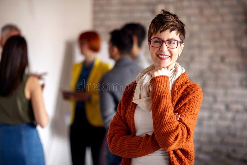 Stående av affärskvinnan med kollegor royaltyfri foto