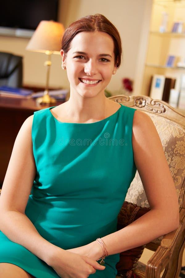 Stående av affärskvinnan Sitting In Chair royaltyfri fotografi