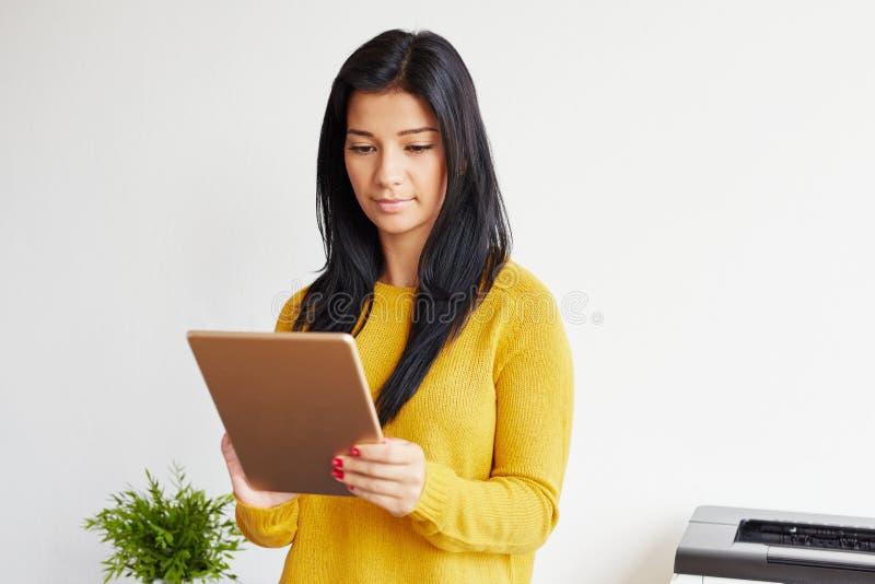 Stående av affärskvinnan som arbetar på den digitala minnestavlan arkivbild