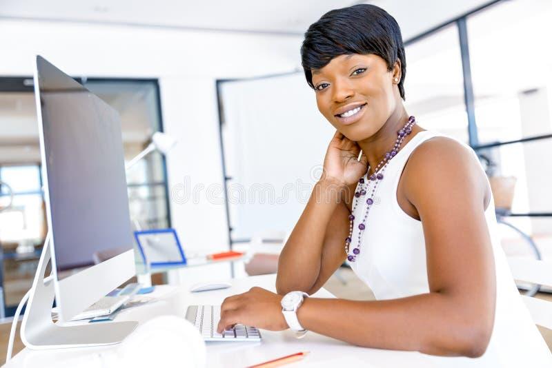 Download Stående Av Affärskvinnan Som I Regeringsställning Arbetar På Hennes Skrivbord Fotografering för Bildbyråer - Bild av sekreterare, chef: 78728509