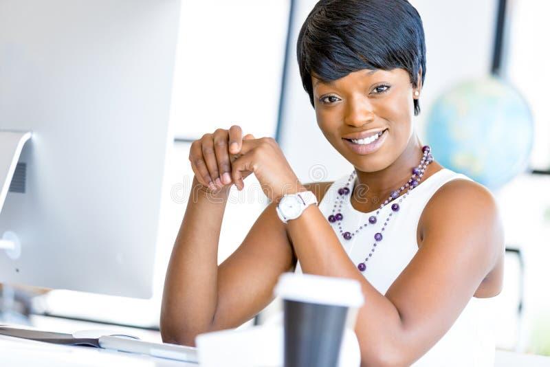 Download Stående Av Affärskvinnan Som I Regeringsställning Arbetar På Hennes Skrivbord Arkivfoto - Bild av sitting, leende: 78728516