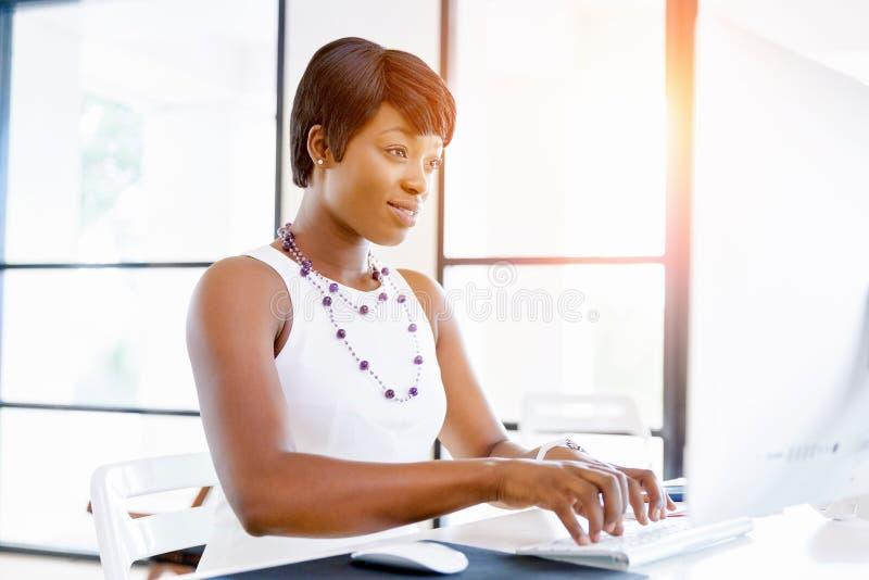 Download Stående Av Affärskvinnan Som I Regeringsställning Arbetar På Hennes Skrivbord Fotografering för Bildbyråer - Bild av tillfälligt, leende: 78730087