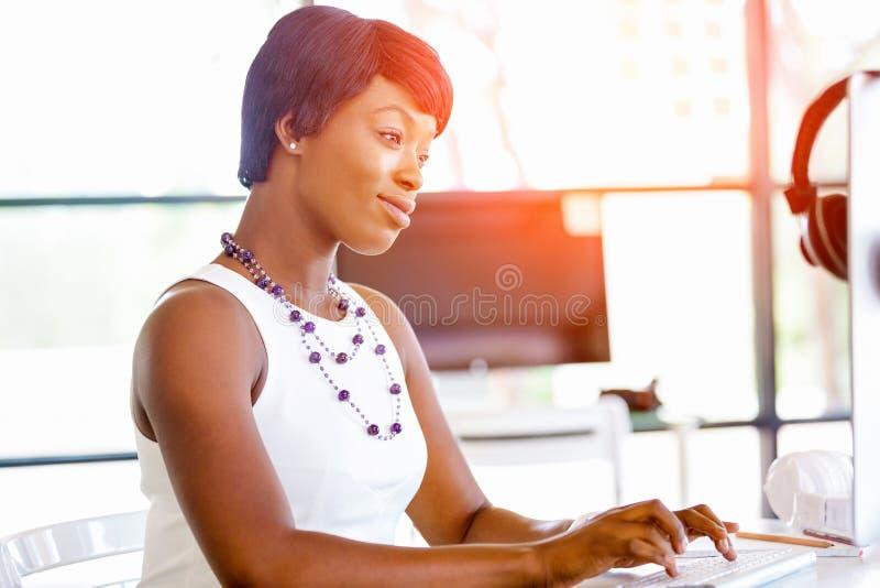 Download Stående Av Affärskvinnan Som I Regeringsställning Arbetar På Hennes Skrivbord Arkivfoto - Bild av lady, chef: 78731048