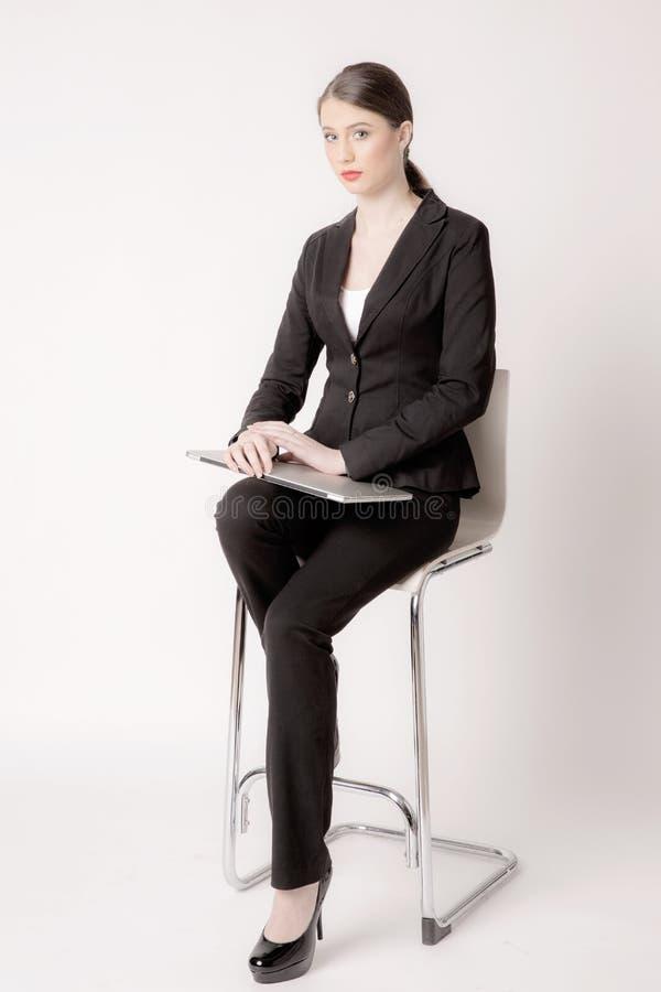 Stående av affärskvinnan som isoleras på vit bakgrund arkivfoton