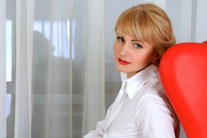 Stående av affärskvinnan som sitter i stol royaltyfri foto