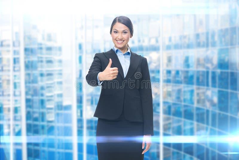 Stående av affärskvinnan som tummar upp royaltyfri foto