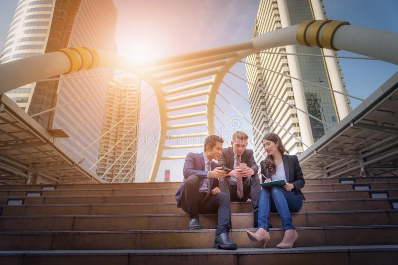 Stående av affärslagsammanträde på trappa framme av deras av fotografering för bildbyråer
