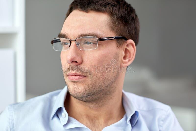 Stående av affärsmannen i glasögon på kontoret arkivfoton