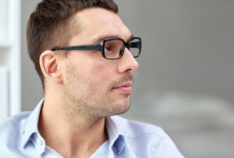 Stående av affärsmannen i glasögon på kontoret royaltyfri foto