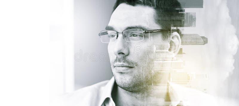 Stående av affärsmannen i glasögon på kontoret arkivbilder