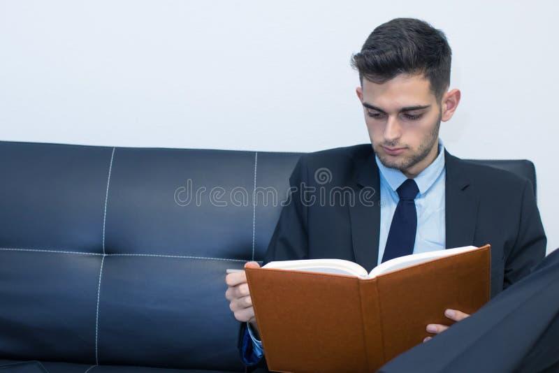 Stående av affärsmannen med boken arkivfoto