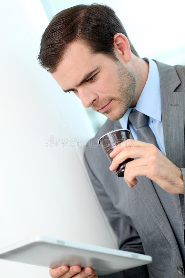 Stående av affärsmannen som dricker tagande-bortkaffe arkivbilder