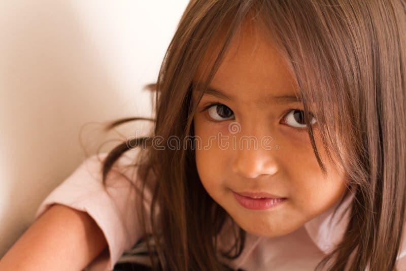 Stående av allvarlig och säker för liten flicka se för stillhet, royaltyfri bild