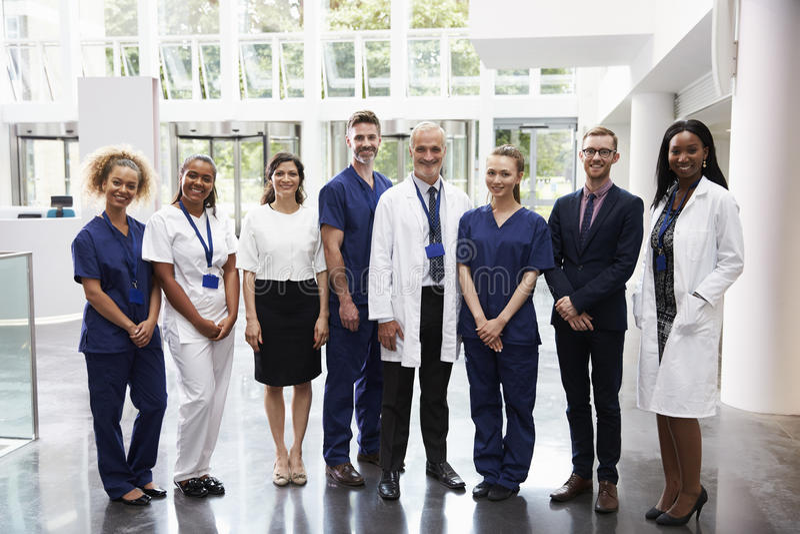 Stående av anseendet för medicinsk personal i lobby av sjukhuset arkivbilder