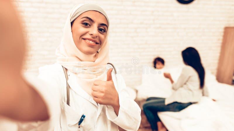 Stående av arabisk kvinnlig doktor Making Selfie arkivbilder