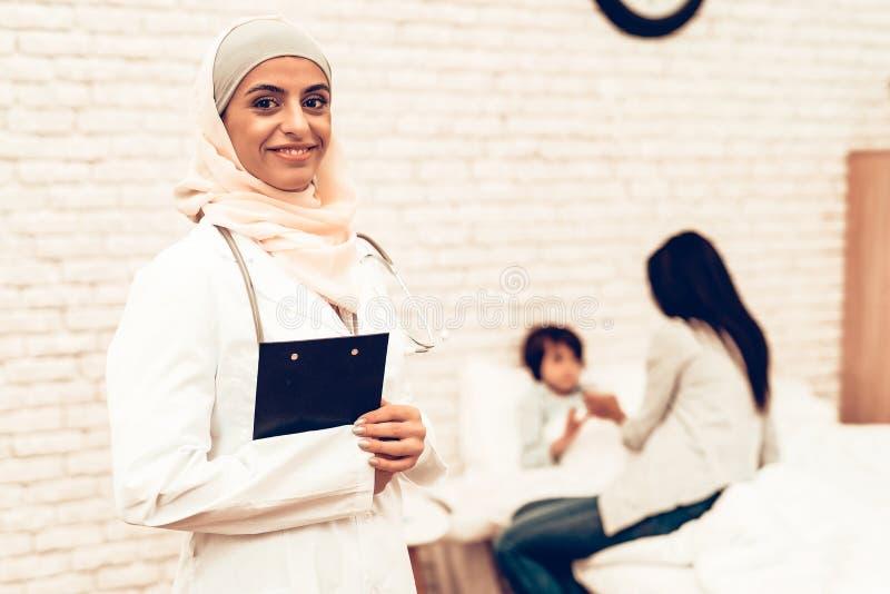 Stående av arabisk kvinnlig doktor Wearing Hijab arkivbild