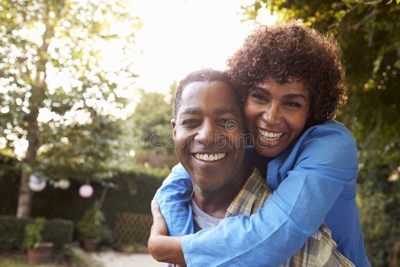 Stående av att älska mogna par i bakgårdträdgård royaltyfri fotografi