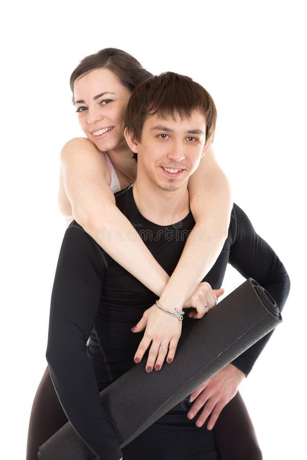 Stående av att älska sportiga par med matta pilates arkivfoto