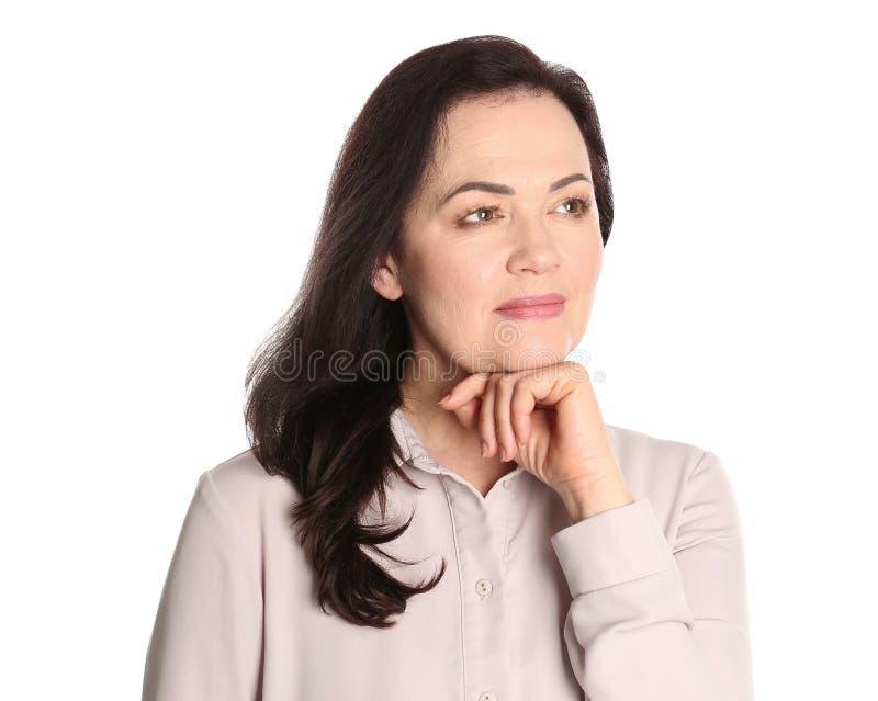Stående av att charma den mogna kvinnan med sund härlig framsidahud och naturlig makeup fotografering för bildbyråer