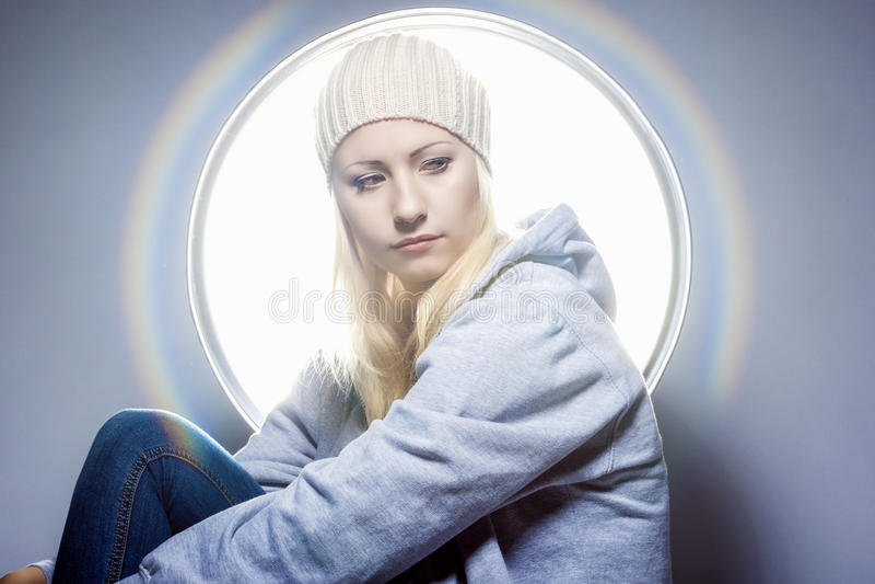 Stående av att drömma den Caucasian blonda kvinnan i varm hatt och Weari royaltyfri foto
