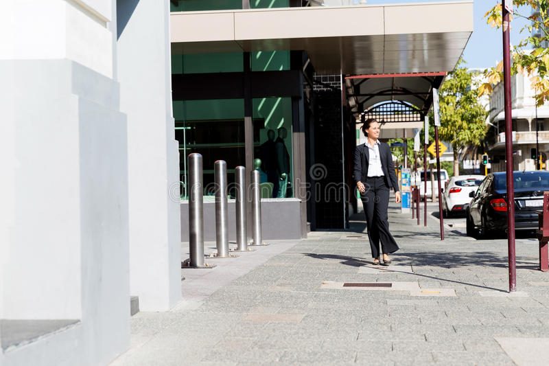 Stående av att gå för affärskvinna som är utomhus- arkivfoto