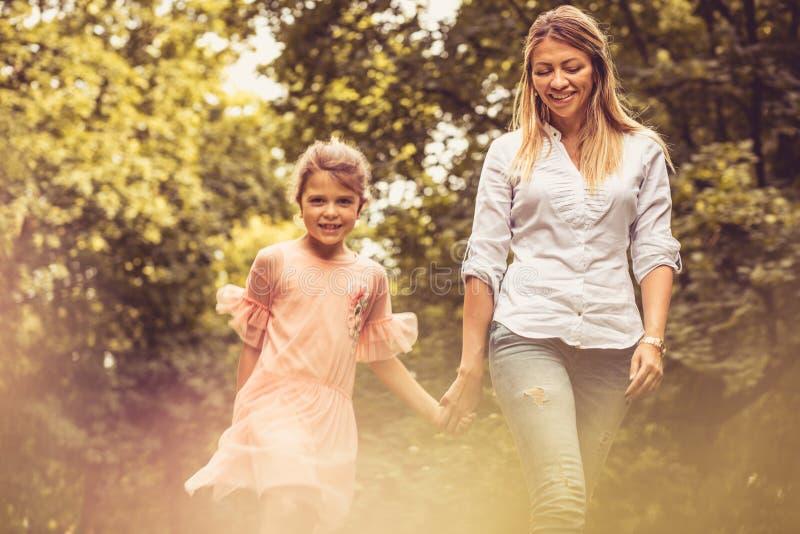 Stående av att gå för moder och för dotter royaltyfria foton