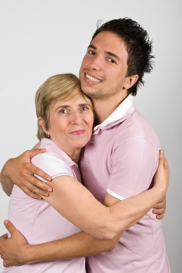 Stående av att krama för moder och för son royaltyfri bild