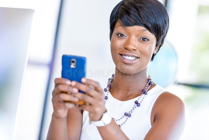 Download Stående Av Att Le Affärskvinnan Med Mobilen Arkivfoto - Bild av räknemaskin, affärskvinna: 78728932