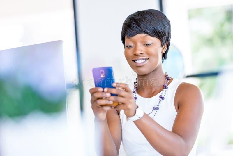 Download Stående Av Att Le Affärskvinnan Med Mobilen Fotografering för Bildbyråer - Bild av anställd, person: 78729347