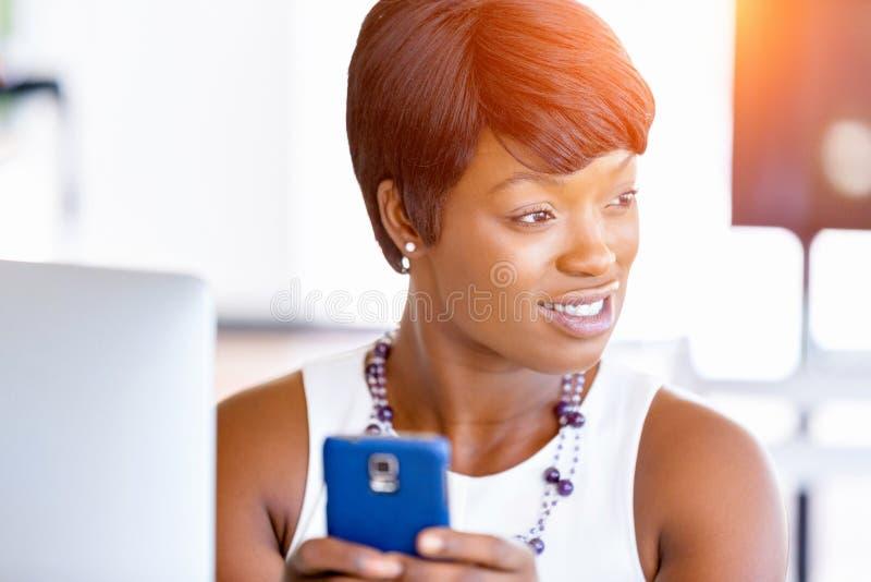Download Stående Av Att Le Affärskvinnan Med Mobilen Arkivfoto - Bild av affärskvinna, laptop: 78730892