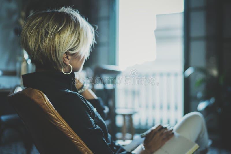 Stående av att le affärskvinnan som talar med partnern på smartphoneapparaten, medan arbeta avlägset i affärslopp royaltyfri bild