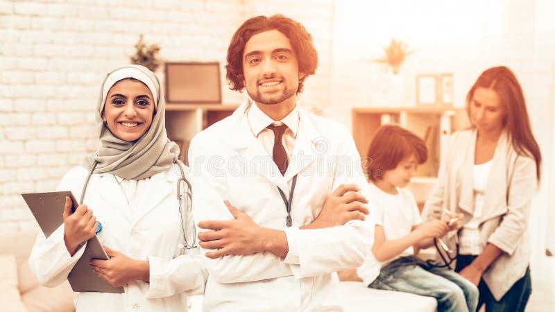 Stående av att le arabiska doktorer Pediatricians royaltyfri foto