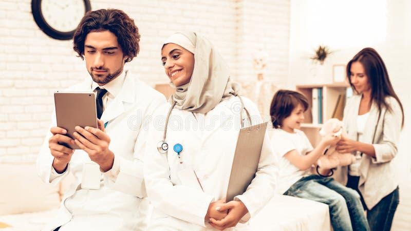 Stående av att le arabiska doktorer Pediatricians royaltyfri bild