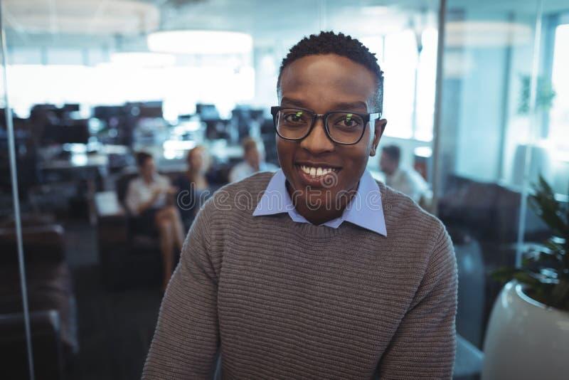Stående av att le bärande glasögon för affärsman royaltyfri foto