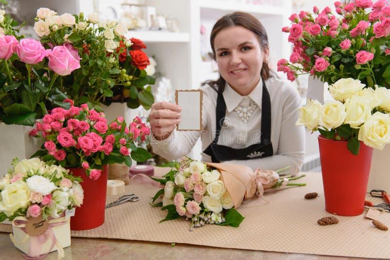 Stående av att le blomsterhandlaren eller lagerägaren arkivbild