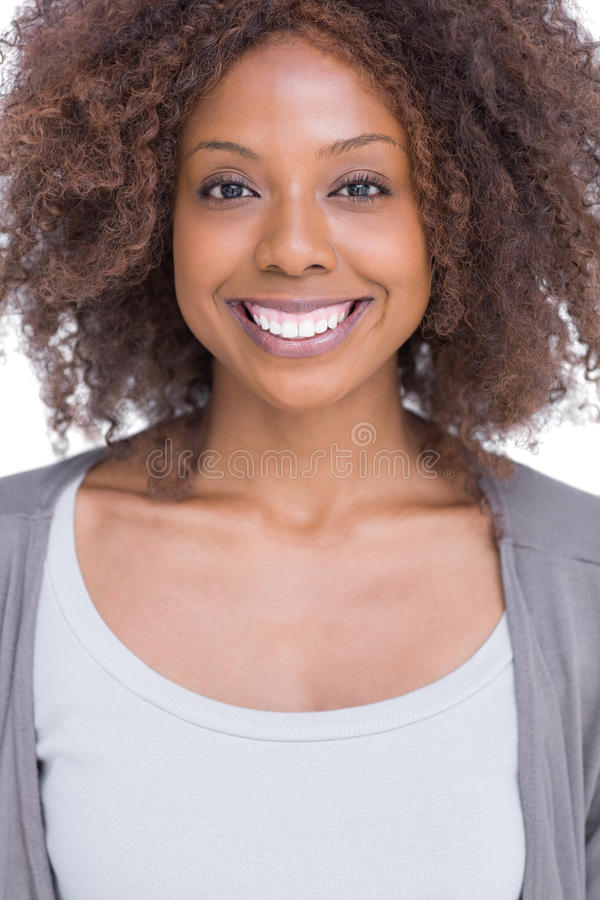 Stående av att le brunettkvinnaanseende arkivbild