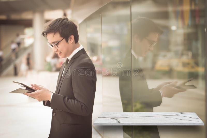 Stående av att le dator t för blick för affärsman säker användande royaltyfria foton