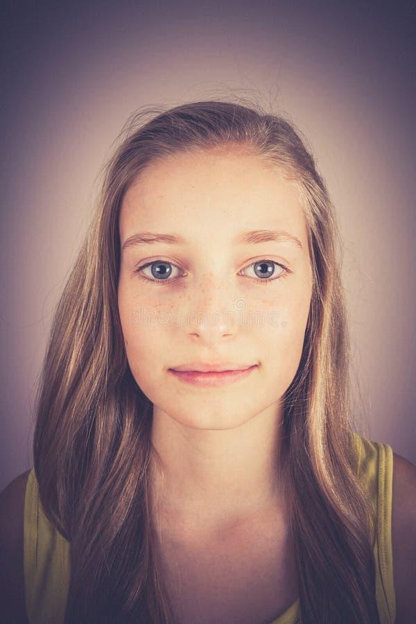 Stående av att le den blonda flickan, korneffekt arkivfoto