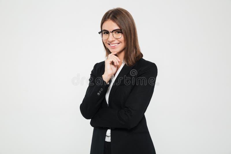 Stående av att le den brunhåriga affärskvinnan royaltyfri fotografi