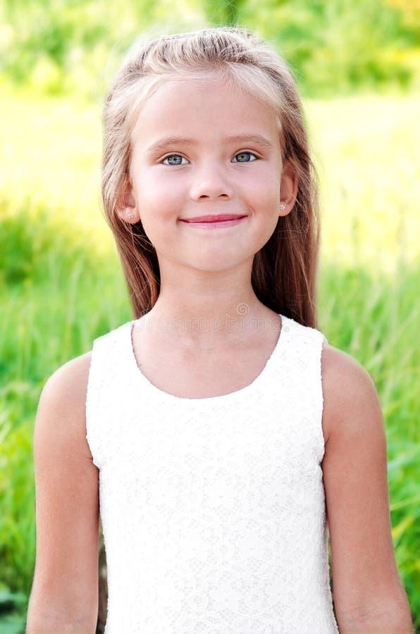 Stående av att le den gulliga lilla flickan i sommardag royaltyfri bild