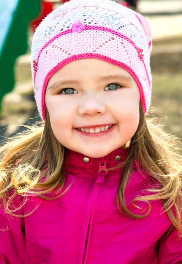 Stående av att le den gulliga lilla flickan på en vårdag royaltyfria bilder