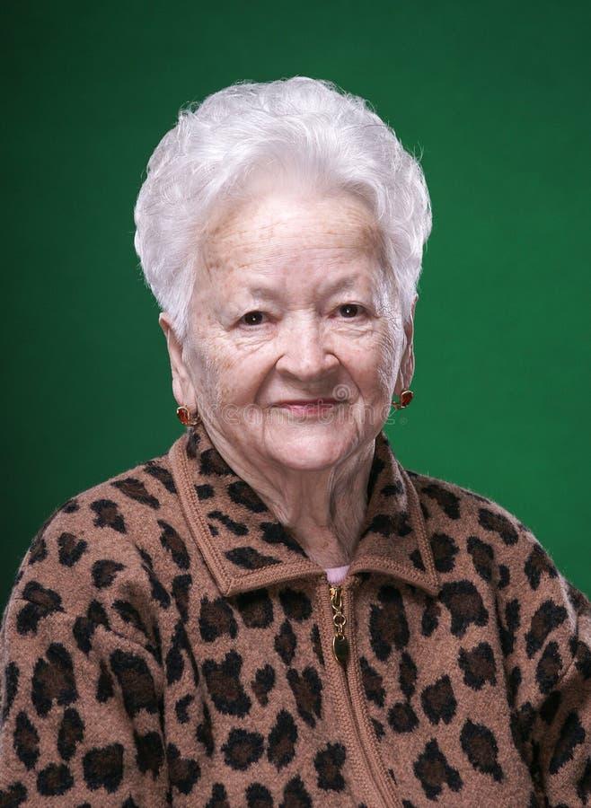 Stående av att le den härliga gamla kvinnan royaltyfri fotografi