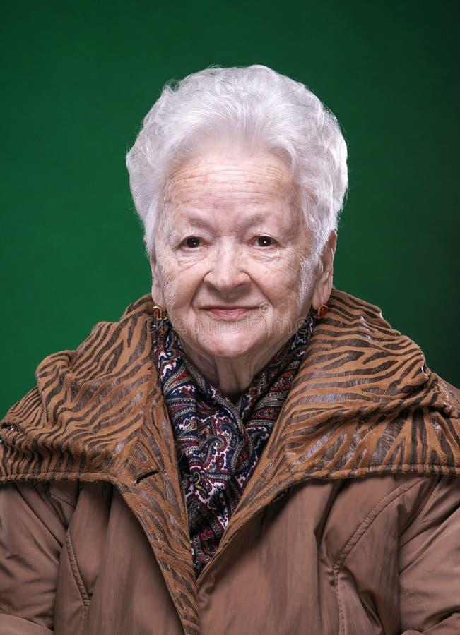 Stående av att le den härliga gamla kvinnan royaltyfria foton