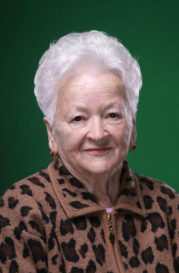 Stående av att le den härliga gamla kvinnan royaltyfria bilder