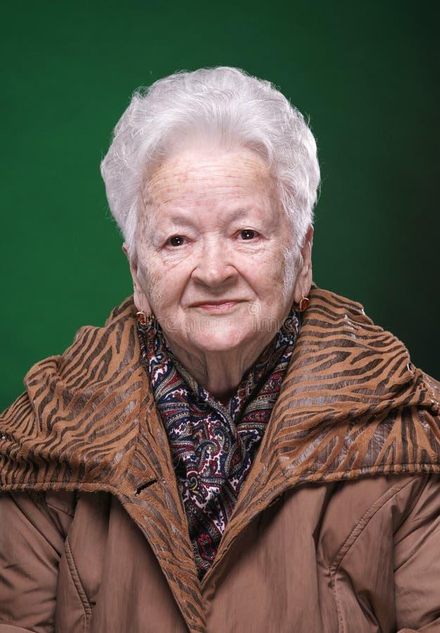 Stående av att le den härliga gamla kvinnan royaltyfri bild