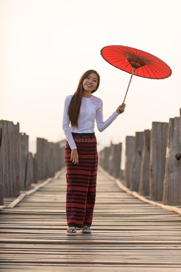 Stående av att le den härliga unga burmese kvinnan fotografering för bildbyråer