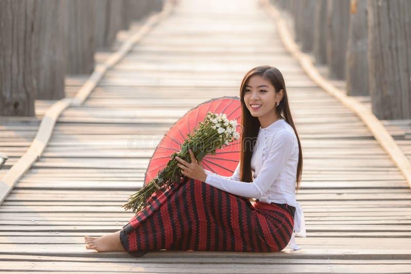 Stående av att le den härliga unga burmese kvinnan arkivbild