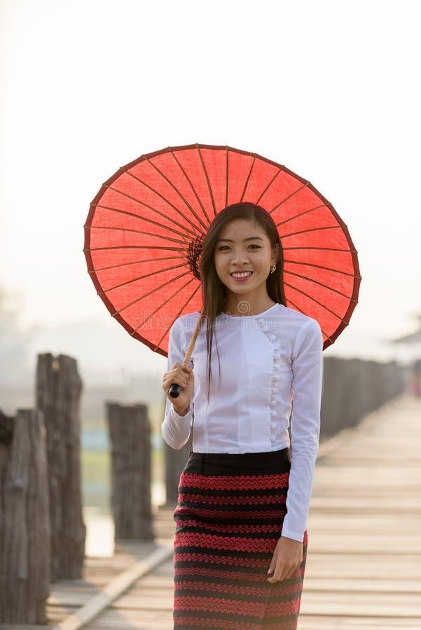 Stående av att le den härliga unga burmese kvinnan arkivbilder